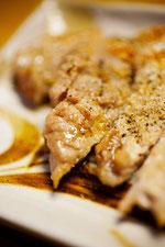 日本 北海道 札幌 青空と雄大な雲居酒屋の豚ロース焼肉