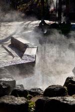 日本 北海道 札幌 青空と雄大な雲温泉街の足湯