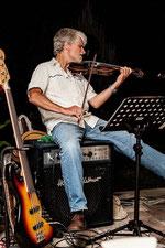 Wolfgang Doležal (violin & e-bass)      Foto: Joe Vigerl