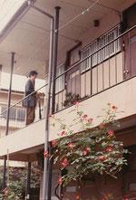 当時住んでたアパートと当時の筆者(1989年頃)。