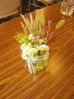 ▲  参加者の机を飾るのは野の花のブーケ