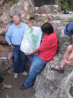 Leonard und John vor dem Höhleneingang