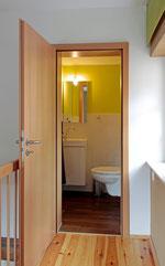 zweites Bad mit WC und Waschbecken