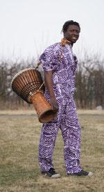 Paul im afrikanischen Kostüm mit Djembe