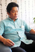 尖閣諸島の国有化合意の報道を受け、報道陣の質問に答える中山市長=5日午前、市役所