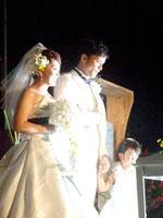 南の島の星まつりで結婚式を挙げた牧野さん一家=3日夜、石垣港新港地区サザンゲート広場