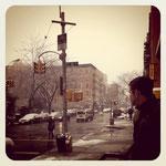雪が舞うNYの街角