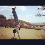 11/7-8に佐賀でクラスを開催されるJules先生が、以前佐賀に来られた際、金立公園で逆立ちをしている図