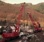 Brückeneinbau mit zwei Eisenbahnkranen