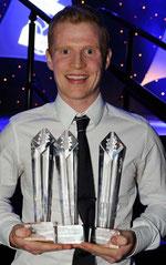 Chris Burke mit drei Pokalen