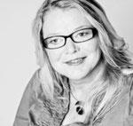 Foto der Autorin Dr. Ute Smola. Lange Haare, Brille, Lächeln