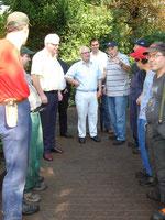 Abteilungsleiter Schwarz (7.v.l.) erläutert Bürgermeister Büttler (3.v.l.), Friedhofbetriebsleiter Heinz, MdB Hagemann und Ortsvorsteher Horst (4. bis 6. v.l.) die Arbeiten, die von den Mitarbeitern des Integrationsbetriebes durchgeführt werden
