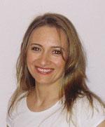 Passbild von Frau Canan Kreis lächelnd weißes T-Shirt