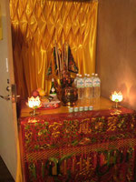 部屋の片隅にも小さな祭壇のようなものが…