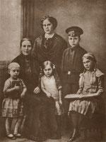 Аркадий Голиков с матерью, бабушкой и сестрами, 1914 г.
