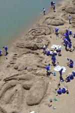 生徒たちが力を合わせて制作した砂の造形