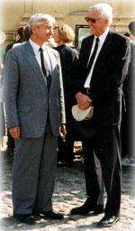 """Fürst Andrej Petrowitsch Gagarin (links) Präsident der """"Adelsversammlung"""" in St. Petersburg, 1998 im Gespräch mit Otto Frhr. v. Grotthuss anläßlich der Trauerfeier für die ermordete Zarenfamilie."""