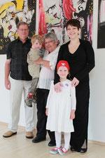 Janina Kaufmann - mit ihren beiden Kindern und ihren Eltern - freut sich auf die Schüler, die demnächst in ihrem Atelier mit ihr arbeiten. Foto: Konder