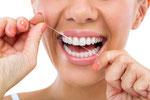 Zahnseide Zwischenräume woman flossing her teeth © Igor Mojzes   fotolia.com