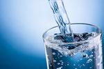 Regelmäßig Wasser trinken hilft gegen Mundgeruch© Hyrma fotolia.com