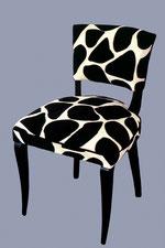 chaise contemporaine, tissu imitation peau de vache
