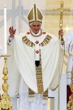 Seit Peter und Paul trug Benedikt XVII. wieder die Form des Palliums aus der Tridentinischen Reform