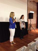 観客の質問に答える監督と出演者