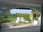Cortina de vidrio con forma redondeada