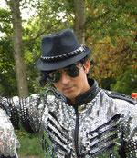 Magdeburgs (vermutlich) größter Michael-Jackson-Fan mit dunkler Brille, Hut und Glitzer-Oberteil nach dem Vorbild seines Idols. | Foto: privat