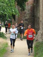 Die Läufer entlang der Stadtmauer