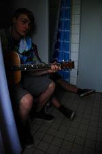 Dani und Jonathan beim Proben in der Dusche
