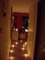 Diesen Weg ist Jil auf Rosenblättern und gesäumt von Kerzen entlanggeschritten bevor ich ihr die alles entscheidenden, wichtigsten Frage stellte...