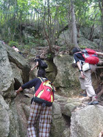 岩場を登る一行・・・。
