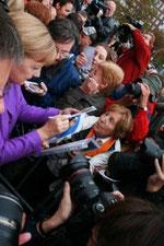 Angela Merkel gibt Autogramme in Koblenz. Foto: Katharina Dielenhein