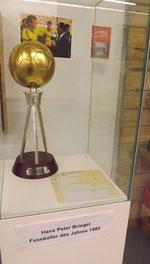 Trophäe zu Italiens Fußballer des Jahres 1985 im FCK-Museum (Foto: Initiative Leidenschaft)