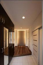 玄関正面は、間接照明です。
