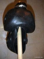 Gasmaske PBF schwarz zum trocknen auf Besenstiel