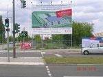 """Werbetafel in Berlin Adlershof """"Am Oktogon"""": """"Bis zu 50 % Mietreduktion durch staatliche Förderung."""""""