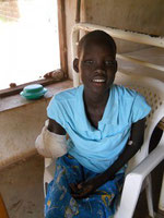 Ayak, 12 Jahre alt. Es gab keine Chemotherapie für sie. Ihr Arm wurde zunächst amputiert, doch kurz danach starb sie!