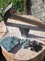 Marteline et tranchet pour tailler en tesselles le marbre et le granit