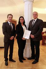 Bürgermeister Resch, Vizebürgermeister Derler und Gemeinderätin Höllerschmid mit der Gelöbnis-Urkunde. Foto:zVg