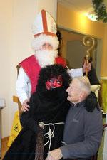 Der 101-jährige Bewohner Franz Lindner freute sich über den Besuch von Nikolo und Krampus ebenso wie die jüngeren BesucherInnen. Foto:zVg