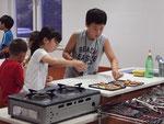 韓国人生徒と料理の実習