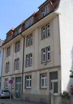 zwei Mietshäuser mit je vier Wohnungen