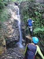 最初の滝、ぬめぬめで登りにくい。
