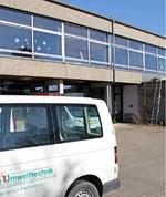 Die Sanierungsarbeiten ruhen derzeit, jetzt reinigt eine Fachfirma das Schulhaus in Untersteinbach