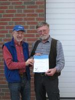 Schwalbenfreund P. Hedden aus Scharmbeck erhält Urkunde und Plakette von D. Westphal