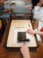 Atelier de linogravure à l'artothèque.