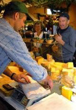 Paul Barmettler von der Alp Bleiki verkauft seinen Käse. Bild Corinne Glanzmann