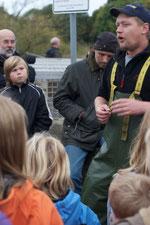 Sven Wohlgemuth erklärt die Lachszählstation